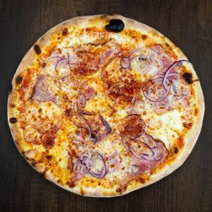 Čerstvá pizza Ungherese z kvalitních surovin: italské těsto, tomato, mozzarella, slanina, cibule, chilli.   Pizza NuPoo Malešice