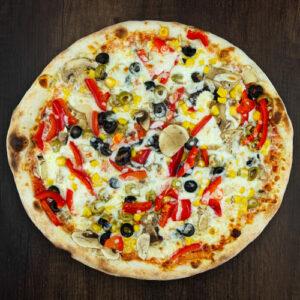 Čerstvá pizza Vegetariana z kvalitních surovin: italské těsto, tomato, mozzarella, paprika, žampióny, olivy, kukuřice.