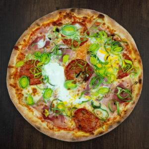 Čerstvá pizza NuPoo z kvalitních surovin: italské těsto, tomato, mozzarella, šunka, salám, slanina, pórek, vejce.   Pizza NuPoo Malešice