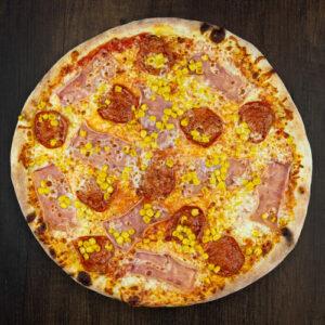 Čerstvá pizza Primavera z kvalitních surovin: italské těsto, tomato, mozzarella, šunka, salám, kukuřice.