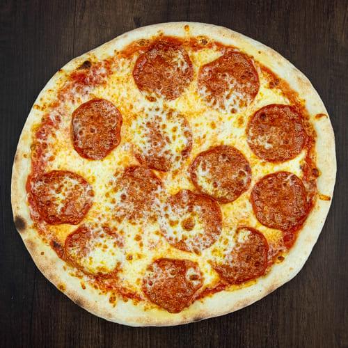 Čerstvá pizza Salami z kvalitních surovin: italské těsto, tomato, mozzarella, salám.